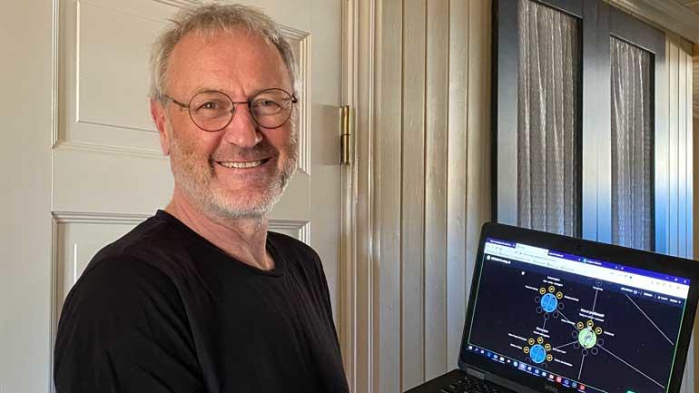 Lars Kobro demonstrerer den digital innovasjonsløypa som SESAM og Husbanken har startet.