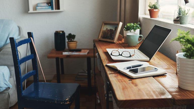 Hjemmekontor, en pult med PC og et par lesebriller