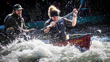 Studenter ved friluftsliv i kano