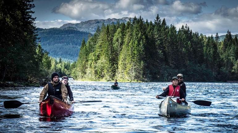Studenter i kanoer. Arkivbilde, USN.