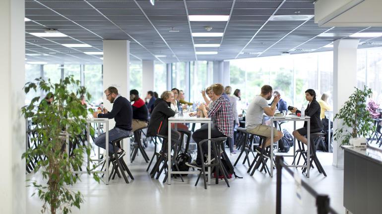 Studenter i kantina på campus Kongsberg. Foto