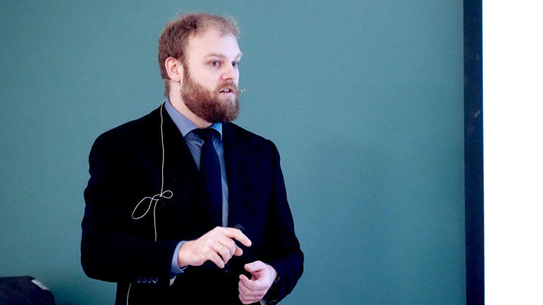 Christian Berg i dress mens han disputerer