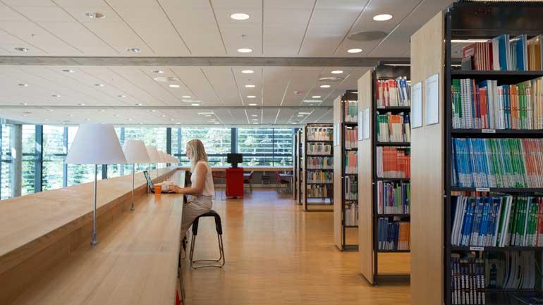 Student på biblioteket