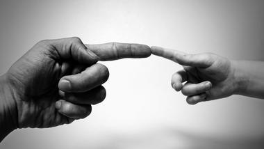 Illustrasjonsfoto atypisk kommunikasjon. Voksenhånd og barnehånd.