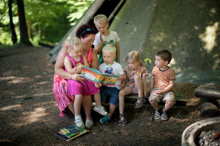 Barna blir lest for i barnehagen