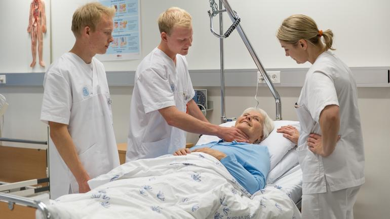 Sykepleiere som tar vare på pasienten. Foto av studenter