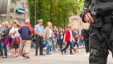 Væpnet politi vokter gatene i Oslo, 24 juli 2011 - foto