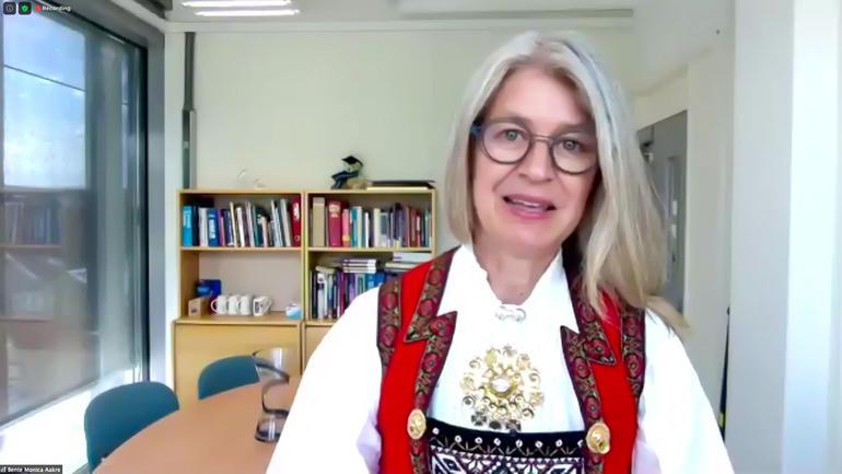 Instituttleder Bente Monica Aakre talte til ferske optikere via Zoom fra kontoret