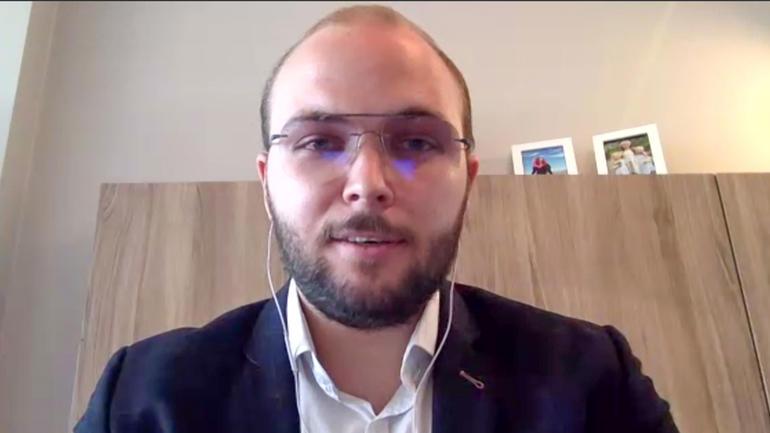 Nyutdannet optiker Kristian Kongelf Jensen holdt tale til ansatte og medstudenter på Zoom.