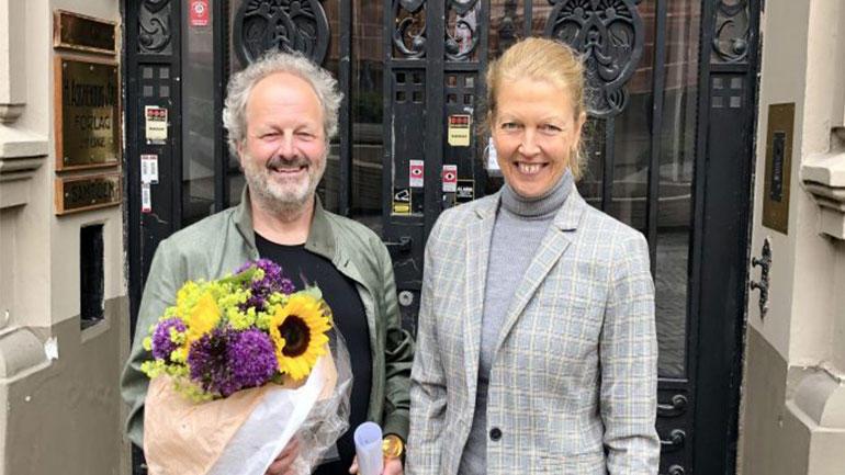 Jan Erik Grindheim vant Universitetsforlagets pris for beste lærebokidé 2020. Prisen er på 100 000 kroner, og i år ble pris og blomster overrakt av forlagssjef Hege Gundersen foran forlagets lokaler på Sehesteds plass.Foto