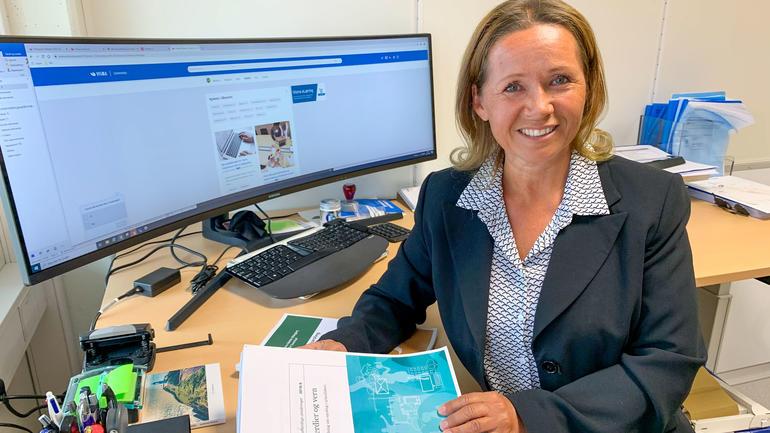 Bidle av Ann Mari Nilsen Gaup på kontoret.