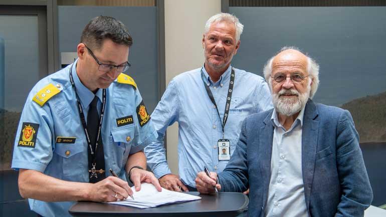SIGNERER AVTALE: Politimester Ole B. Sæverud i Sørøst Politidistrikt og USN-rektor Petter Aasen signerer avtale. I midten administrerende direktør i Studentsamskipnaden i Sørøst-Norge, Hans Erik Stormoen.