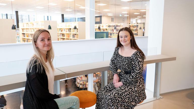Sykepleierstudentene Arvyde og Emilie opplevde en annerledes studiestart, med fokus på smittevern og en meters avstand.Foto av dem.