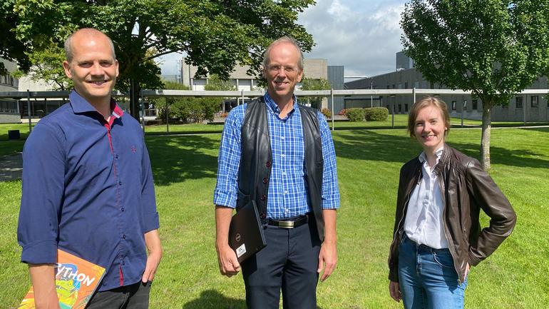Marius Lysaker (f.v.), Finn Aakre Haugen og studieveileder Siri Luise Tveitan.