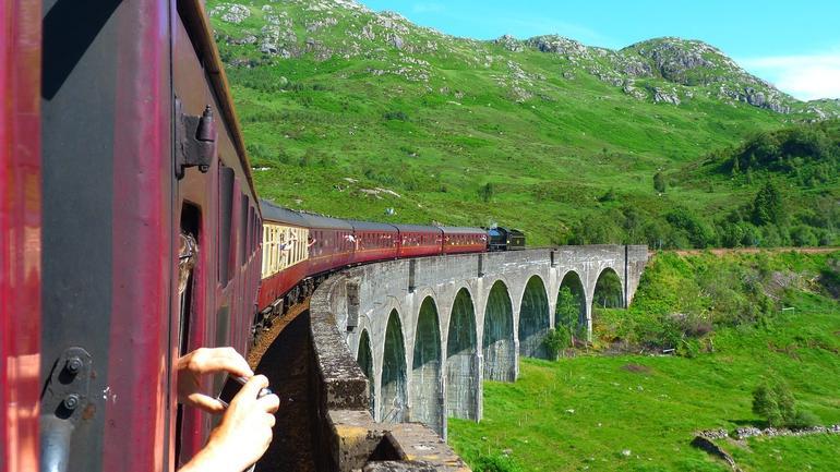 Bilde ut fra en togkupe i Skottland