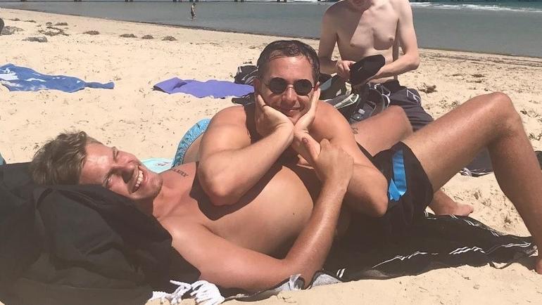 Joakim med en kamerat på stranden i Australia