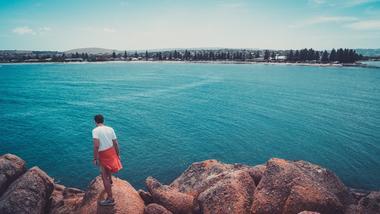 Joakim ved havet i Australia