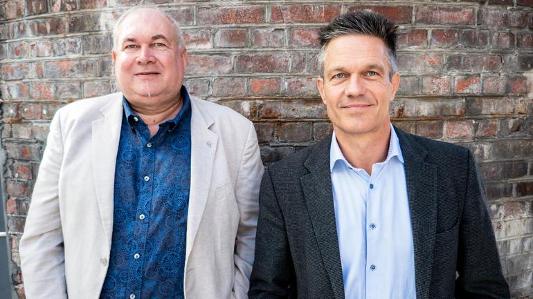 PANDEMIEN: Har fellestrekk med krig mener f.v: professorene Glenn-Egil Torgersen og Ole Boe ved USN Handelshøyskolen. (Foto: Jan-Henrik Kulberg/USN)