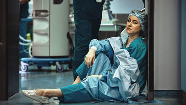 Sliten sykepleier under covid-19.  Foto