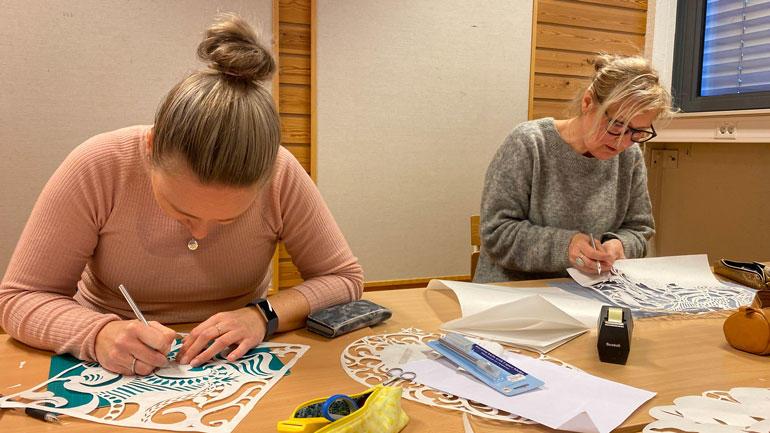 Hver samling inneholder praktisk arbeid som studentene kan ta inn i egen undervisning