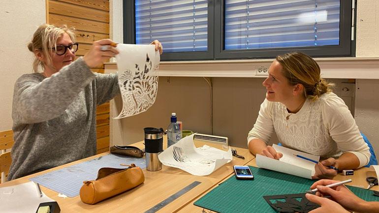 Temaet for workshopen er psaligrafi, kunsten å klippe kompliserte mønstre i papir