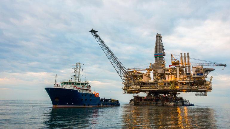 Oljeplattform og skip på havet