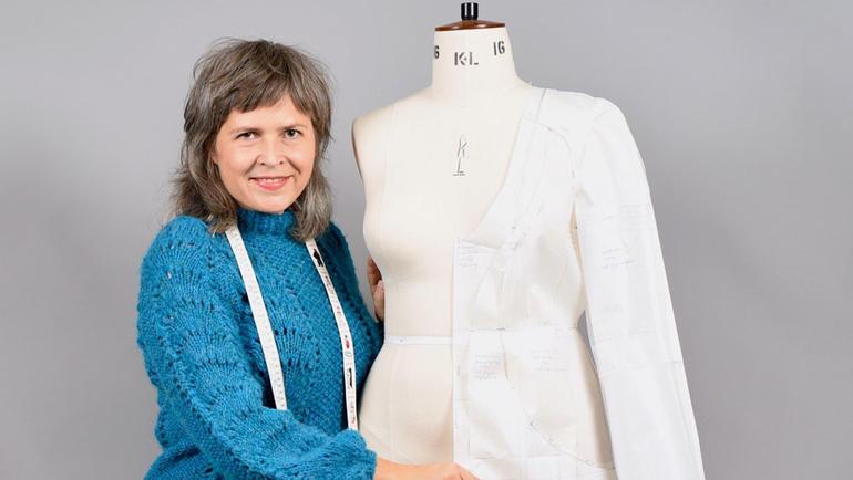 Veronika Glitsch poserer ved sidan av ein skreddardokke.