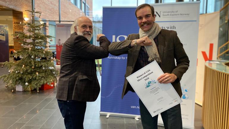 Rektor Petter Aasen gratulerer prisvinner Steven Mallam.