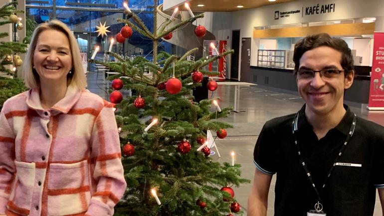 Pia og Mario på hver sin side av et juletre på campus Vestfold