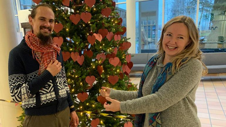Internasjonal student Karolis Keturka og førsteamanuensis i reiseliv Ingeborg Nordbø ser frem til å feire julen sammen.