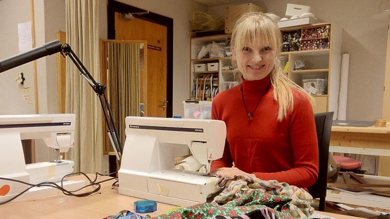 Bilde av Kirstine Riis bak symaskinen