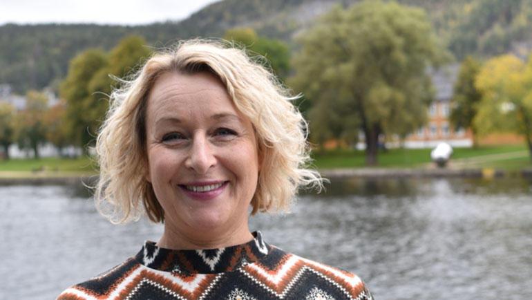 Bilde av psykolog Kristin Maute foran Drammenselva