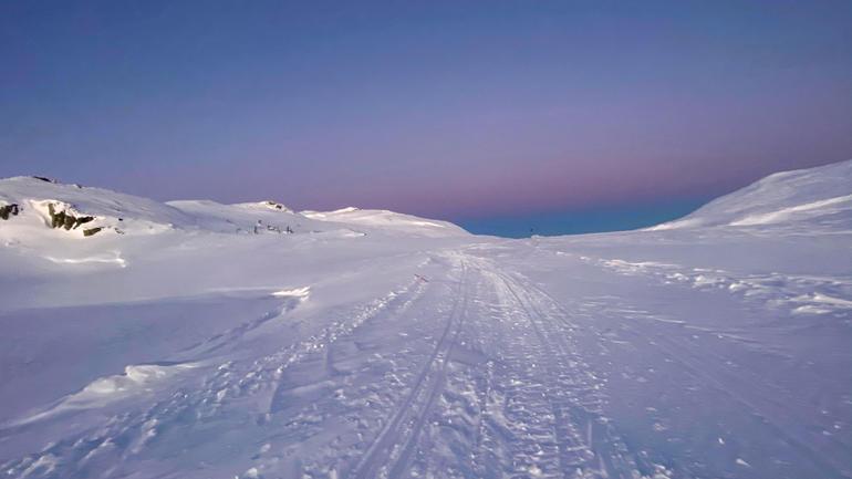 Folkemusiker og USN-student Birgit Haukås fra Tinn Austbygd gikk på ski over fjellet, da hun skulle besøke Sverre Heimdal i Nore for å lage sin egen Kraviklyre.