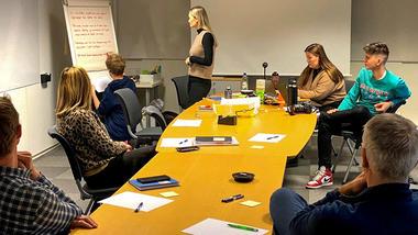 En av årets studentgrupper på visuell kommunikasjon arbeider for Yeti Move De skal utvikle en strategisk kommunikasjonsplan i tillegg til ny visuell identitet. Foto fra workshop