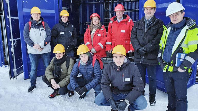 Gruppebilde av ingeniørstudentene og partene fra HydrogenPro og Herøya Industripark utendørs.