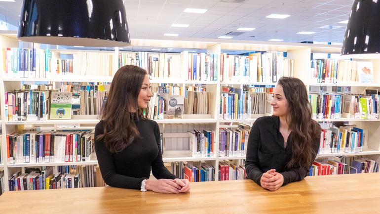Balsharan Kaur og Zainab Moubarez står i spissen for USNs første studentmagasin, og nå søker de studentmedarbeidere fra alle campuser, fagretninger og kull. Foto av dem