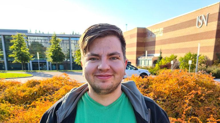 Bildet av Victor Simonsen foran campusbygget i Vestfold.