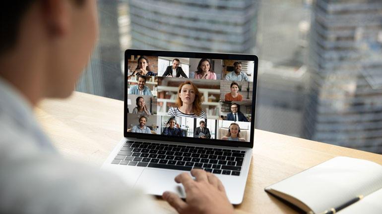 Bilde av student foran pc med digital undervising