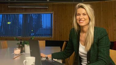 Bilde av Marte Bastø-Hansen ved pc