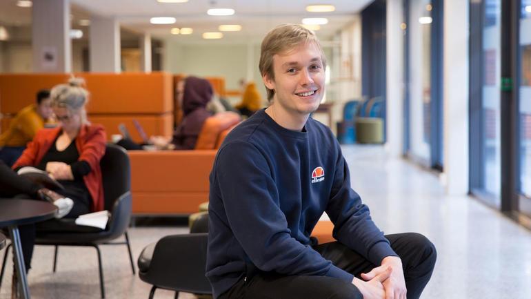 USN-student i design, kunst og håndverk.