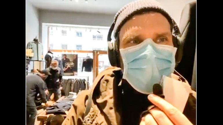 Førsteamanuensis Per Strömberg på direktesending fra en av klesbutikkene han besøkte i Stockholm.