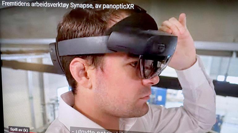 Viser hodet til en studentene  med smartbrille på