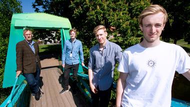 To av studentene Fredrik og Haakon står på broa sammen med veileder Truls Arne Frednes og kommunens prosjektleder ANdreas Støle.