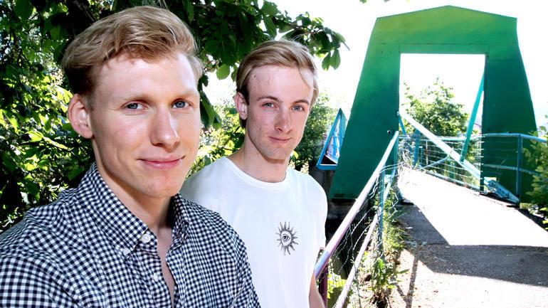 Nærbilde av ingeniørstudentene Fredrik og Haakon på selve broen i Karlohansvern. De andre studentene var ikke til stede
