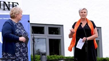 Erna Solberg på scenen på torvet i bø, det vil si trappa til rådhuset, stående sammen med USNs Annette Bidschoff.