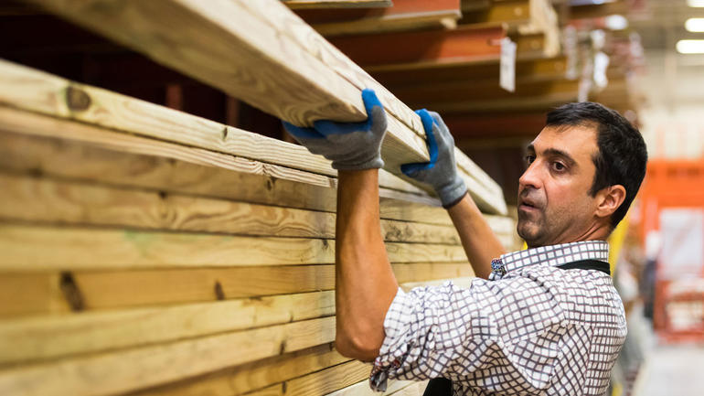 Mannlig innvandrer i arbeid i byggvarehus.