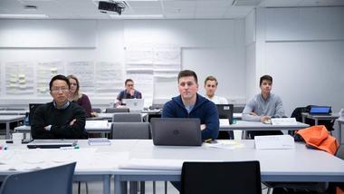 Personer med avstand i et klasserom