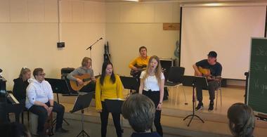 Studenter som synger og spiller