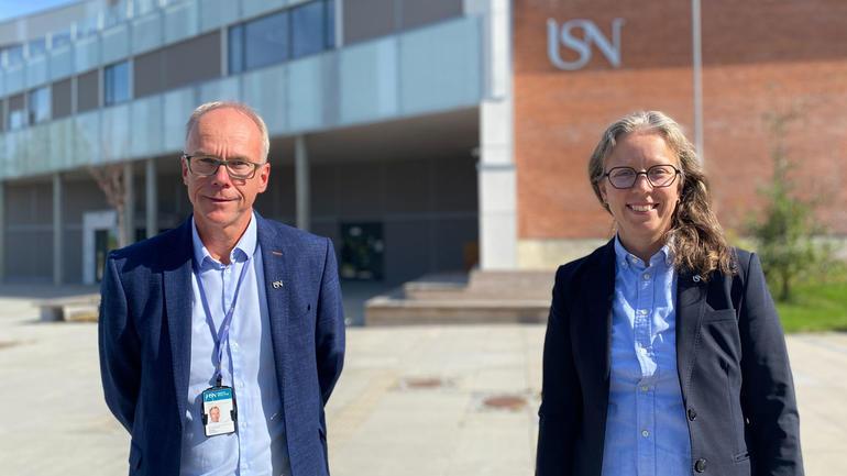 Førsteamanuensis Karen Stendal og førstelektor Steinar Aasnæss ønsker flere medlemmer inn i IT-forum Ringerike. Foto av dem utenfor campus.