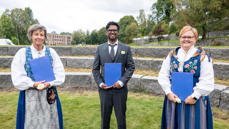 Karen Lassen, Vibeke Narverud Nyborg og Avisek Roy har alle tatt doktorgraden ved USN. Fredag 17. september deltok de på feiringen av universitetets 29 ferske doktorer. Foto av dem.